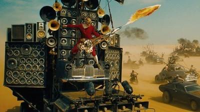 Platicamos con el tipo que toca una guitarra con lanzallamas en 'Mad Max: Fury Road'