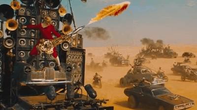Hablamos con el tipo que toca una guitarra lanzallamas en 'Mad Max: Furia en la carretera'