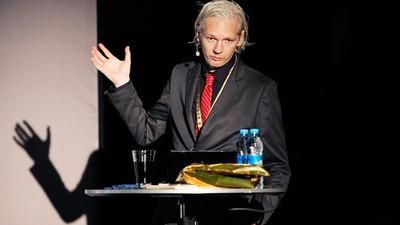 Julian Assange spune că SUA corupe România