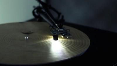 Vergesst Vinyl, dieser Künstler hat eine Methode gefunden, Baumplatten abzuspielen