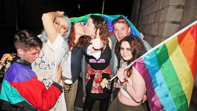 Así celebraron los jóvenes irlandeses la aprobación del matrimonio homosexual