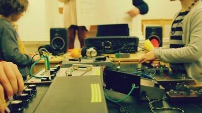 Nos Matriculamos na Escola que Ensina Música Eletrônica de Vanguarda para Crianças