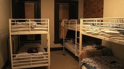 Pis, sexo a escondidas y hostias de madrugada: así es trabajar en un hostel