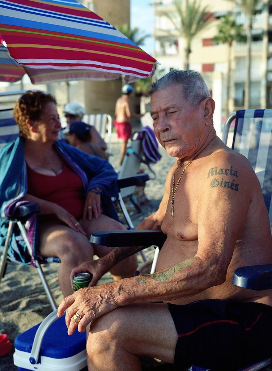 Gregorio Reche retrata cómo pasan el verano los reyes de la playa de Almería