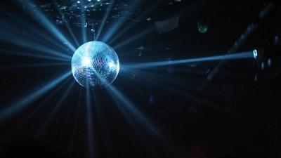 Te veo abajo de la bola disco: la historia del símbolo más grande de la vida nocturna