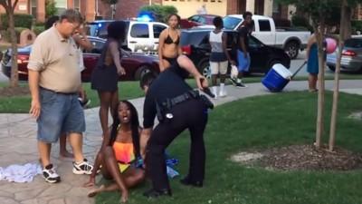 Dieses Video zeigt, wie ein Polizist mit gezogener Waffe brutal eine Poolparty auflöst