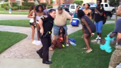El vídeo de un policía de Texas que apuntó con una pistola a unos adolescentes durante una fiesta