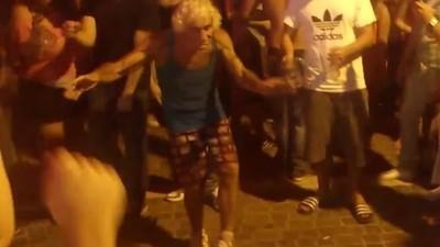 Viejitos bailando techno