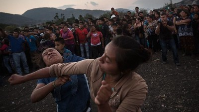 Într-un oraș din mexic, oamenii se bat între ei, ca să plouă