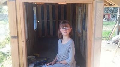 Diese 9-Jährige baut für Obdachlose Holzhütten und Essen an