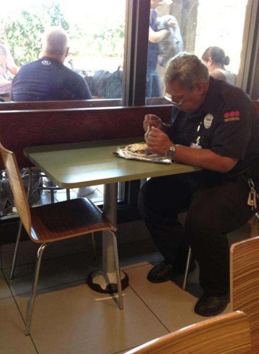 Em Homenagem ao Dia dos Namorados, Aqui Estão Algumas Fotos de Pessoas Comendo Sozinhas