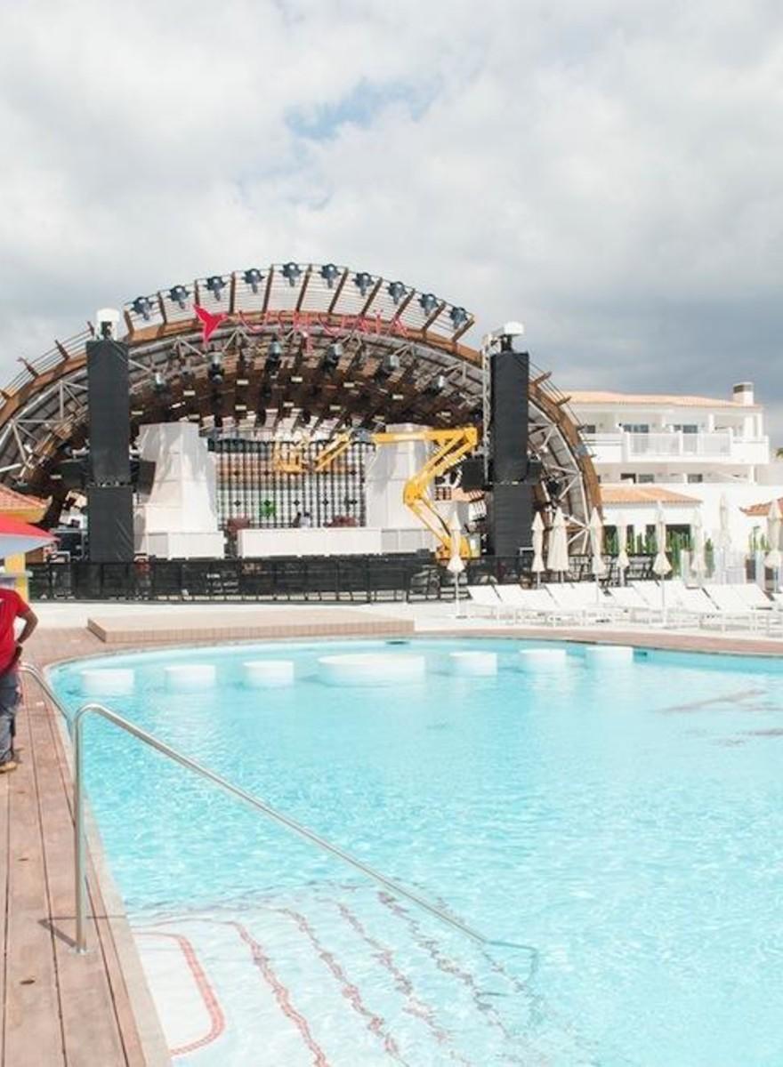 Fotos de las macrodiscotecas de Ibiza preparándose para la temporada más intensa