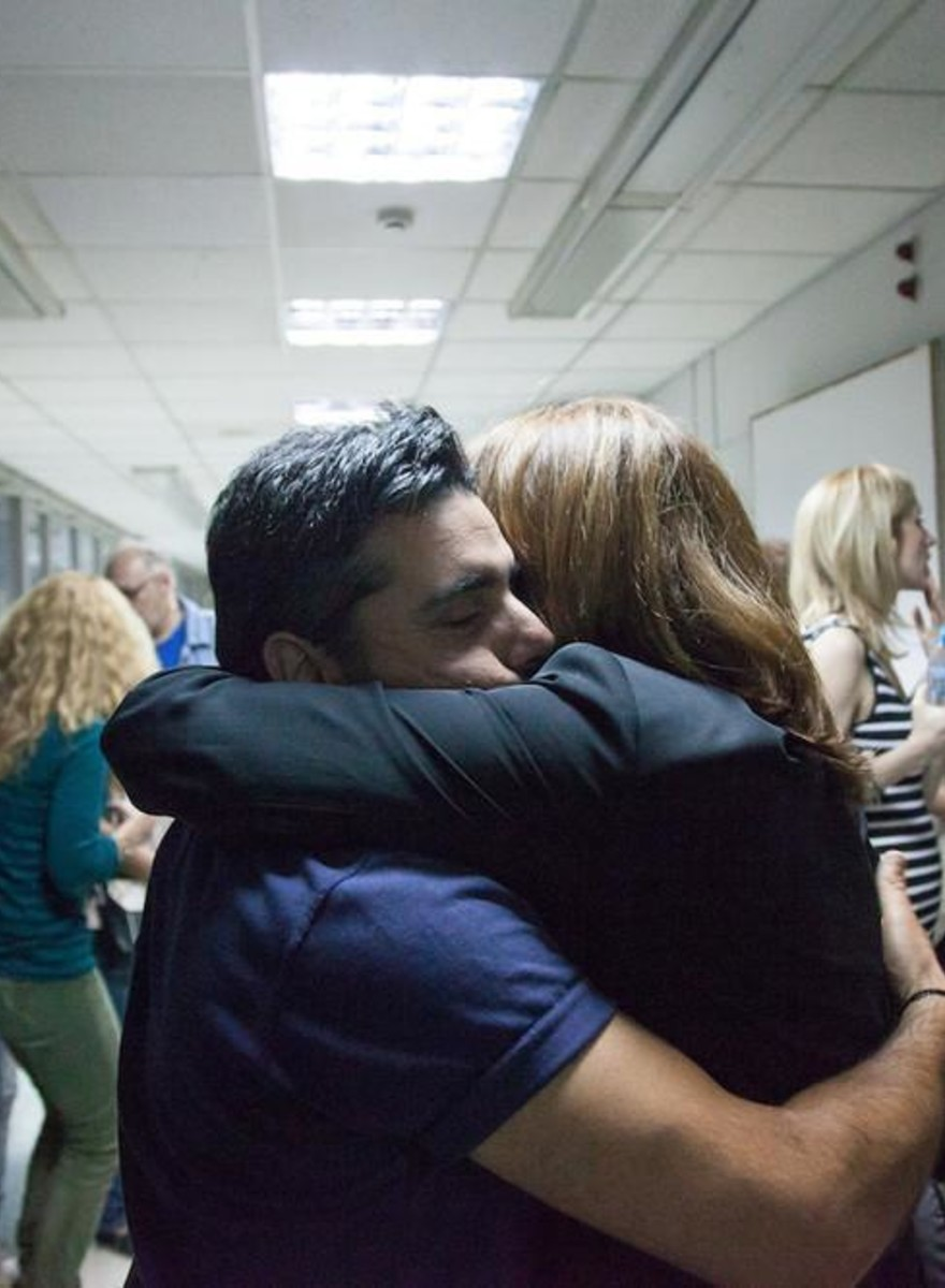 Fotos dos Gregos Comemorando o Restabelecimento da Emissora Estatal do País
