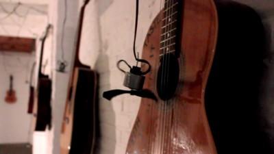 40 guitarras acústicas tocadas por motores