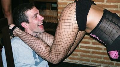 Zestien uur achter elkaar uit je dak gaan met strippers in het nieuwste vrijgezellenparadijs van Spanje