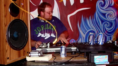 Der Kneipen-DJ, die tragischste und lästigste Figur im Nachtleben