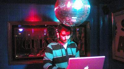 Der Bar-DJ ist die traurigste und lästigste Figur im Nachtleben