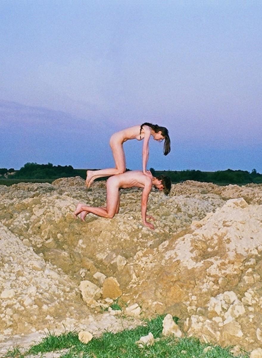Kunstenaarsduo Synchrodogs en hun dromerige naakten in de Oekraïense natuur