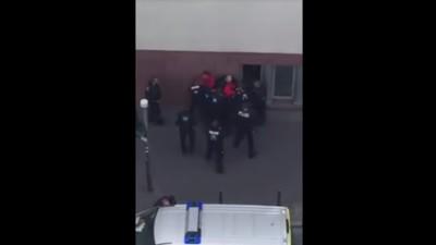 Zu Ehren der Queen: Polizisten haben zwei Frankfurter Fussballfans an die Wand geklatscht