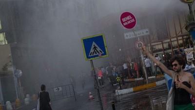 Die Polizei von Istanbul geht mit Tränengas, Gummigeschossen und Wasserwerfen gegen Gay Pride vor