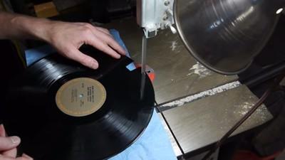 Iată cum arată un vinyl în mișcare, la microscop