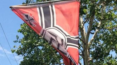 Dieser Mann mit einer Naziflagge vor dem Haus sagt, er ist bloß ein Flaggenfan