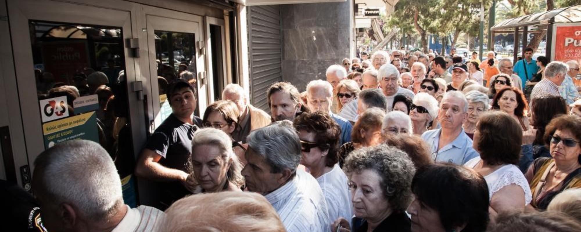 Fotografii cu cozile imense de pensionari greci care au venit să-și retragă banii de la bănci