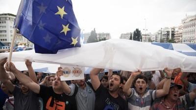 """Grecii au ieșit în stradă să spună """"Da"""" soluției europene de ieșire din faliment"""