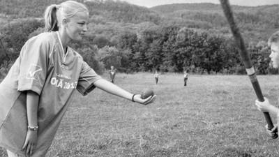 Oina este o tradiție românească ce prinde la femei la fel de bine ca ia