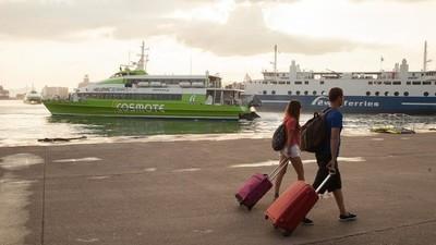 Grecii fug pe insule