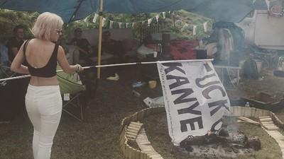 "Lily Allen ha bruciato una bandiera con scritto ""Fuck Kanye"""
