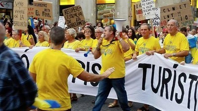 Localnicii din Barcelona urăsc de moarte turiștii beți și dezbrăcați care le-au invadat orașul