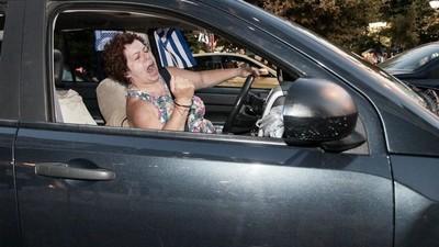 """Os atenienses celebram o esmagador """"não"""" à austeridade"""