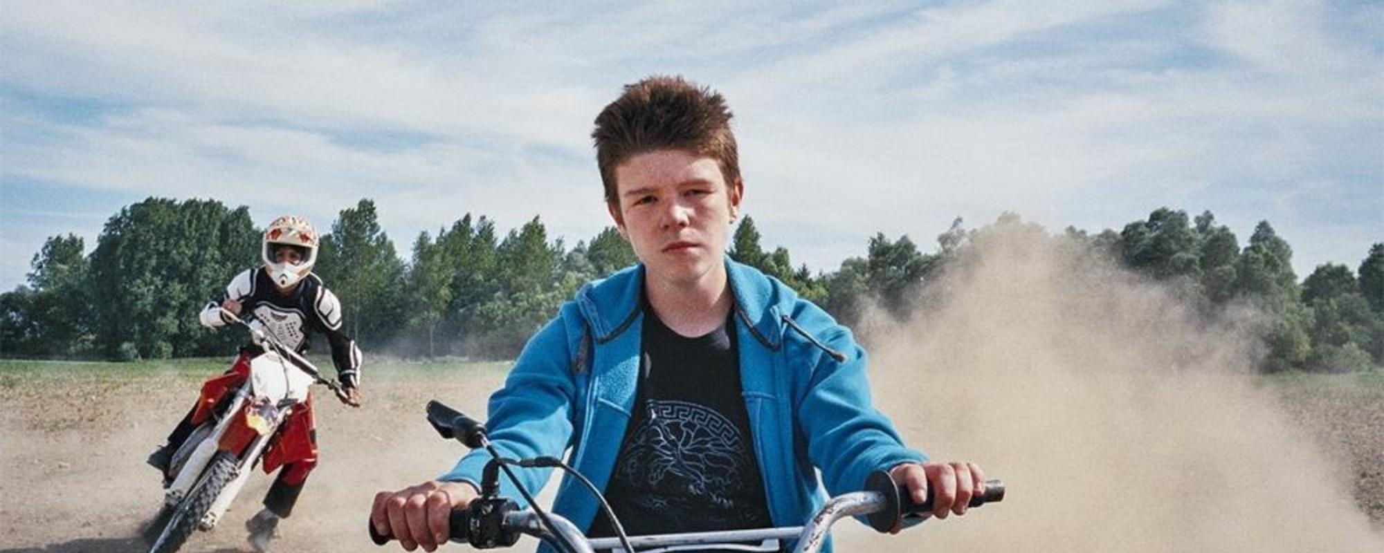 Fotografii cu tinerii care fac motorcross periculos în Paris