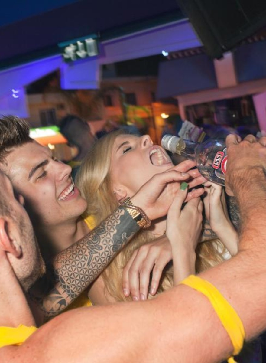 Peter Dench ha passato un'intera estate a fotografare turisti inglesi ubriachi