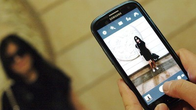 Social Workers Warn Mobile Phones Could Be Putting Women in Danger