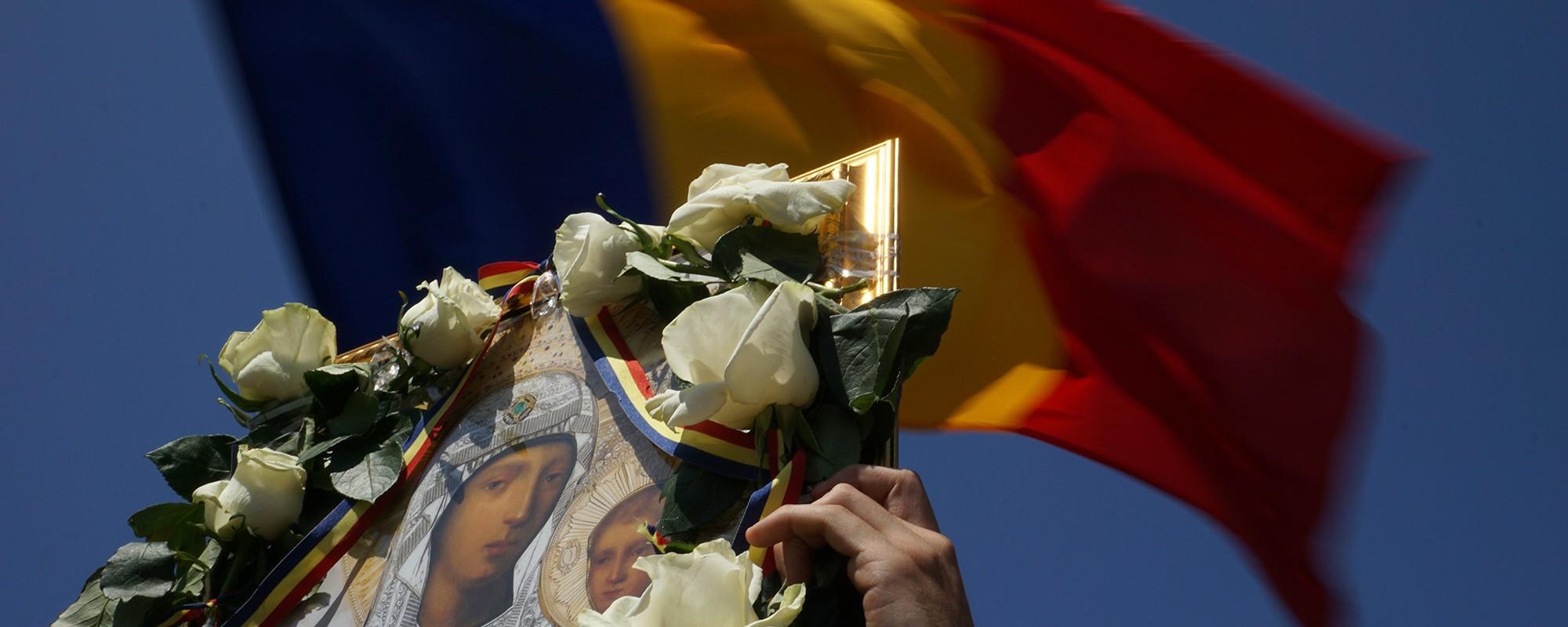 Moldovenii şi românii au mărşăluit pentru Unire cu icoane-n braţe