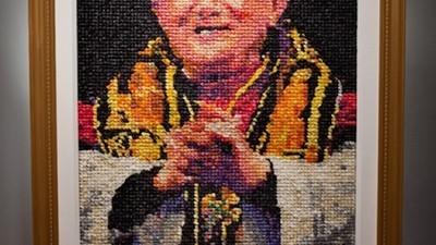 O artistă a realizat portretul Papei din prezervative