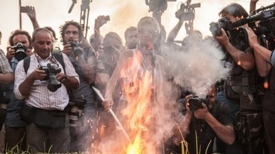 Die Syriza-Jugend protestiert mit brennenden Syriza-Flaggen gegen das neue Rettungspaket