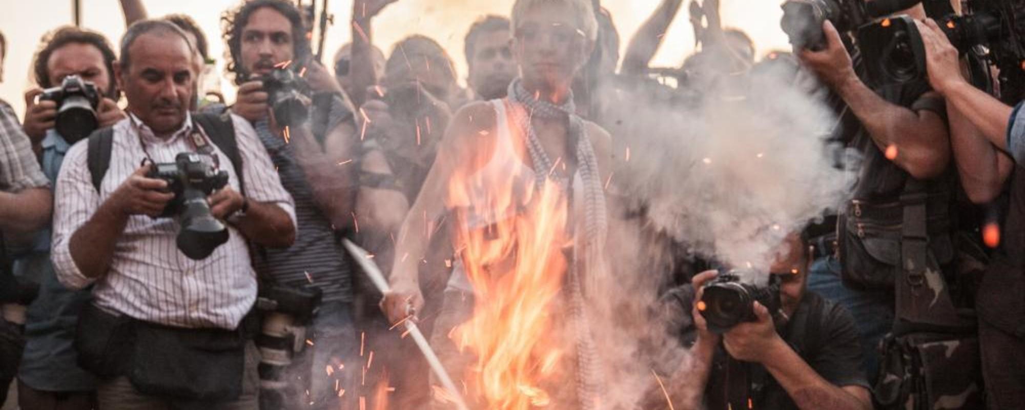 Fotos de jóvenes griegos manifestándose contra el rescate financiero