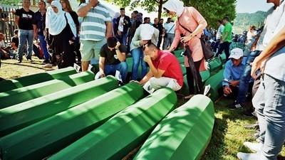 En imágenes: víctimas de Srebrenica descansan en paz dos décadas después de la masacre