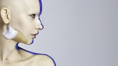 Een fotoshoot met het model dat haar kaak verloor door botkanker