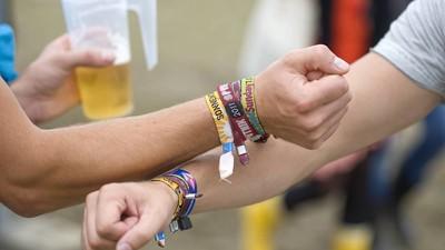 Du musst jetzt stark sein: Deine Festivalbändchen sind echt ekelhaft!