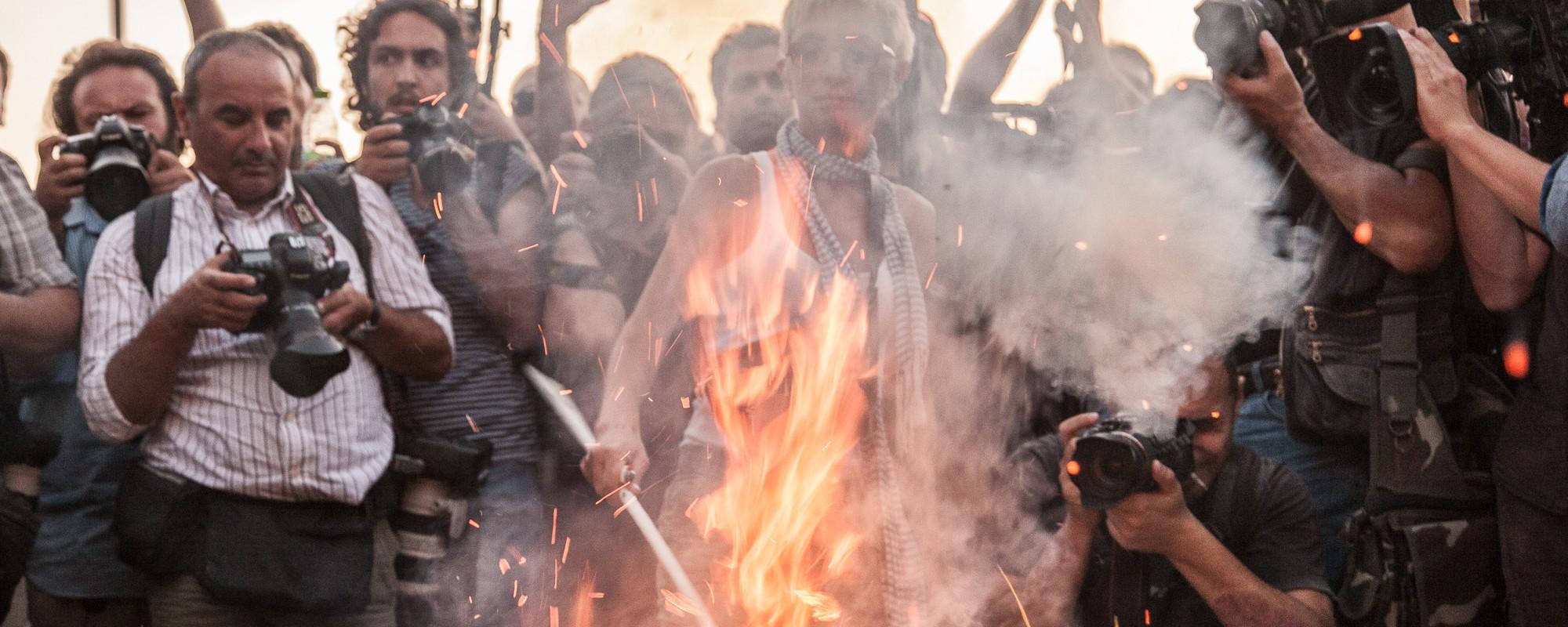 """Flaga Syrizy w """"ogniu greckim"""""""