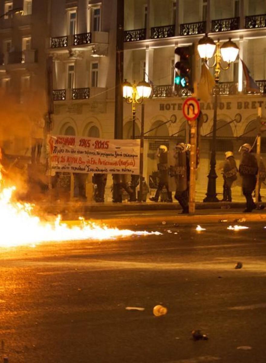 Protestos em Atenas Antes da Votação do Acordo de Auxílio Financeiro