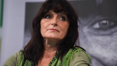 Christiane F. schlägt Hund und beißt Zeugin