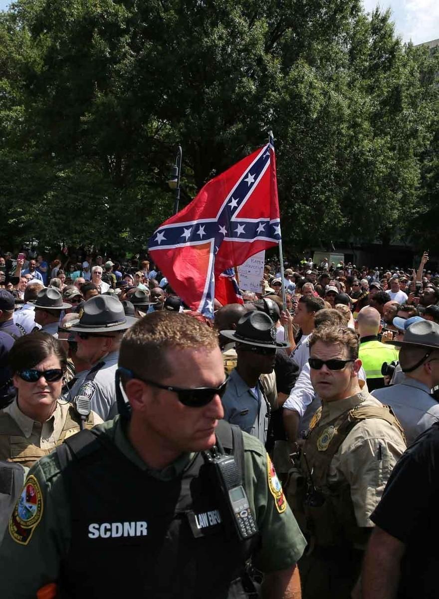 Die Konföderierten-Flaggen-Demo des KKK in Bildern