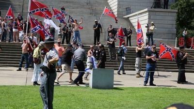 En photos : le rassemblement du KKK suite au retrait du drapeau confédéré du Capitole de Caroline du Sud