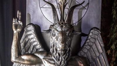 « Venez danser avec le diable » : des centaines de personnes à l'inauguration d'une statue satanique