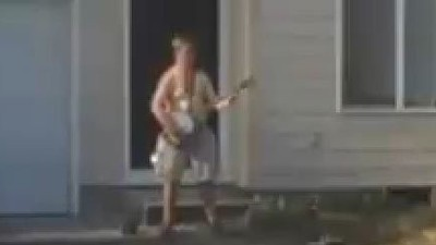 Watch a Guy Bust Out a Banjo Solo for the Police Who Are Trying to Arrest Him